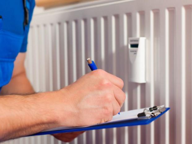 Un répartiteur de frais de chauffage installé sur un radiateur dans une copropriété